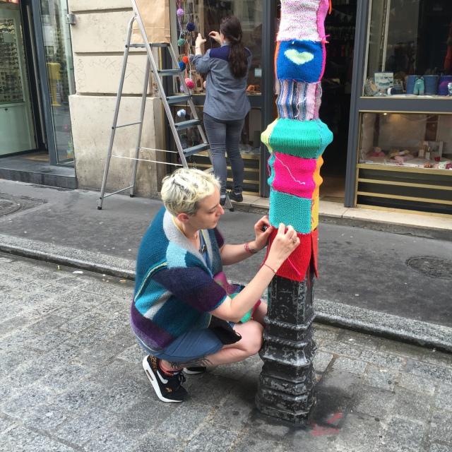 Le yarn bombing du Comptoir / Lesprairiesdu5